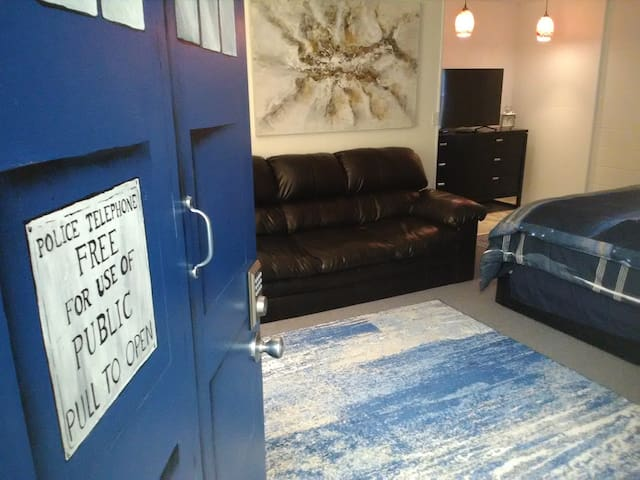 Dr Who Room! Clean comfy room! Super fun Theme!