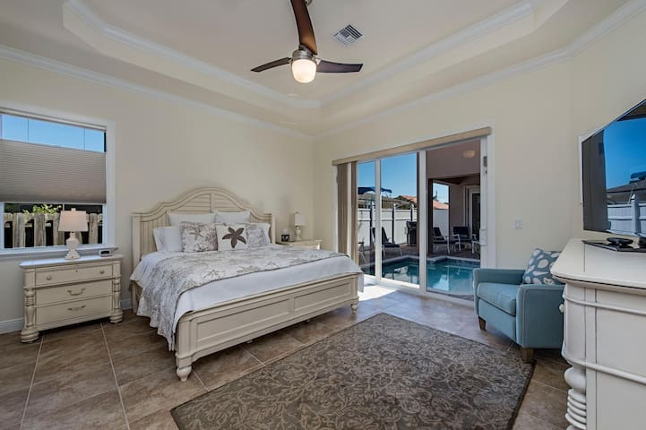 """Master bedroom king bed 50"""" HDTV, ceiling fan, sliders to pool/spa. Relaxation"""