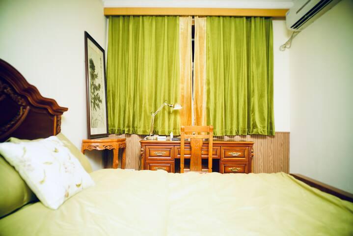 Refined & Elegant Room in Shanghai Center