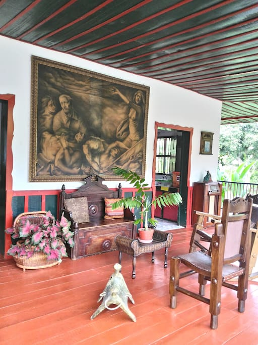 La casa se encuentra finamente decorada.