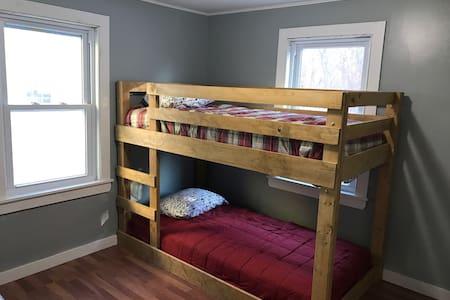 In town 3 bedroom Bethel Bungalow - Bethel - Hus