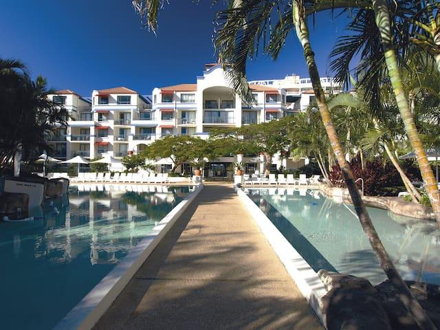 Seaview Resort Apartment with Pool - Coolangatta - Byt