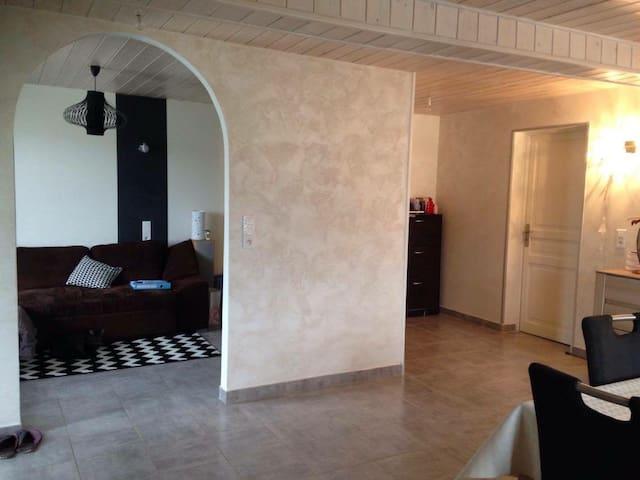 Appartement rdc avec terrasse - Évires - Byt