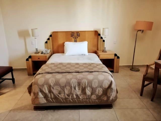 Cómoda habitación interior con todos los servicios de un hotel