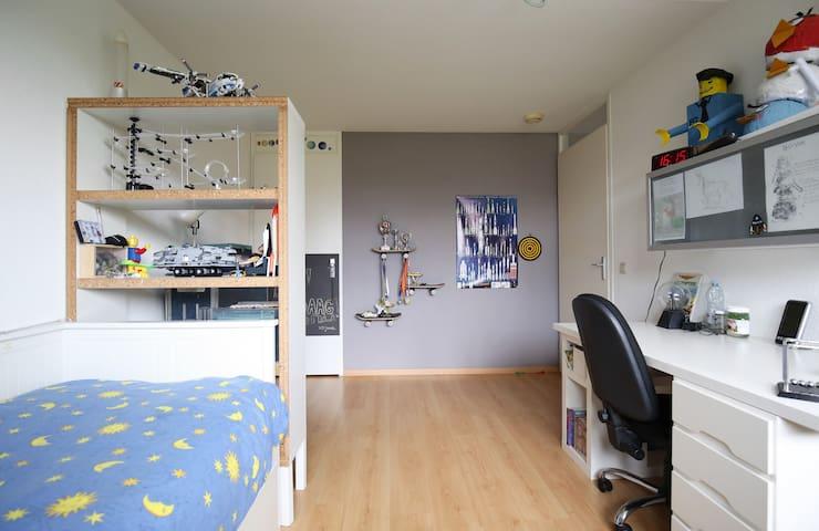 Bedroom #2, 2 single beds