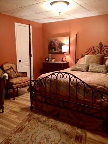 Relaxing master bedroom w Queen bed, heated mattress pad, two sets of pillows for different firmness preferences, and beautiful furnishings.  Very quiet setting on a mountain top.  No road sounds - only nature!