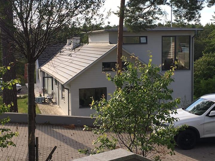 Villa i lummig skägårdsmiljö nära Stockholm city