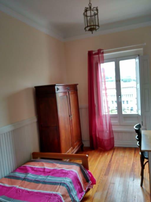 armario ropero, mesa de estudio y secreter con cajones