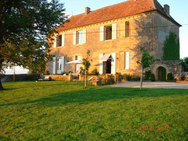 One independant room in a manor - Saint-Julien-de-Civry - Pousada