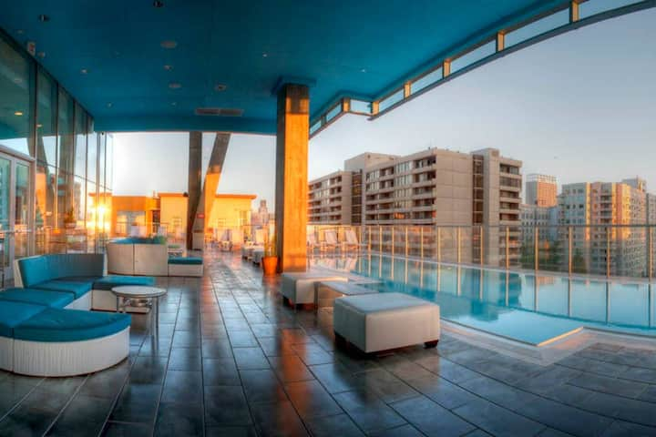 Luxury Apt Downtown with Resort Amenities