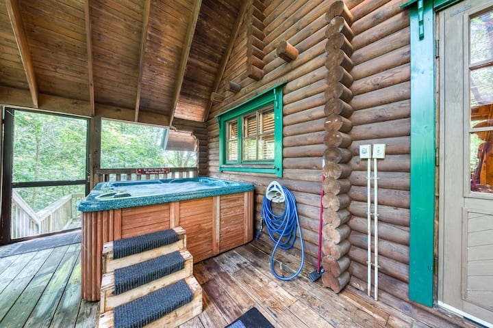 Charming cabin w/ private hot tub, gas fireplace & multi-level decks!