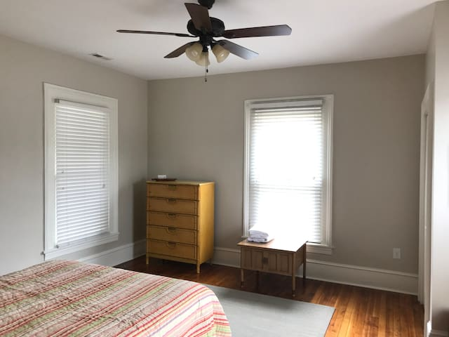 Bright One Bedroom Near Downtown