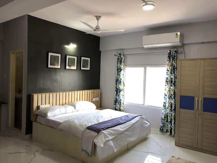 Solitaire Homes. Cozy and Comfortable Room 102