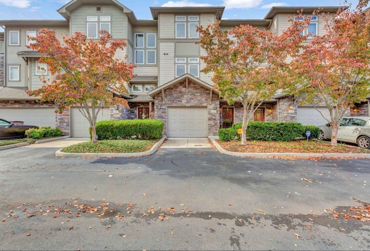 Hilltop community with pool/gym in Bellevue