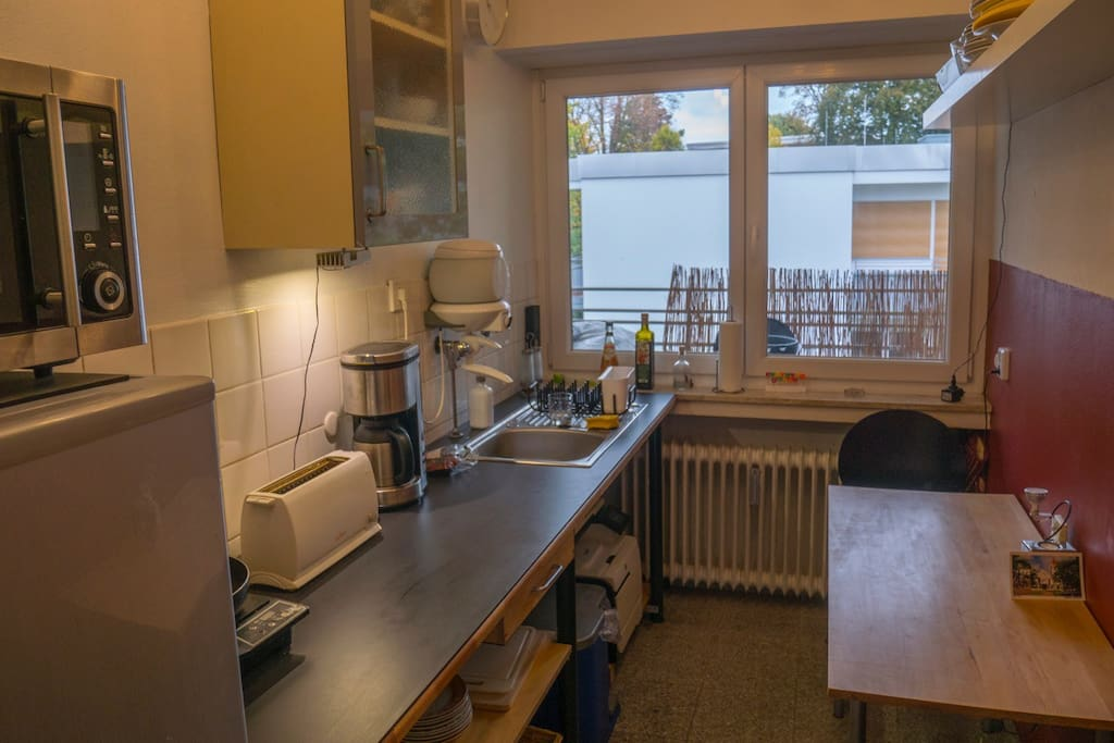Kitchen with fridge, hotplate, coffemaker, toaster and microwave