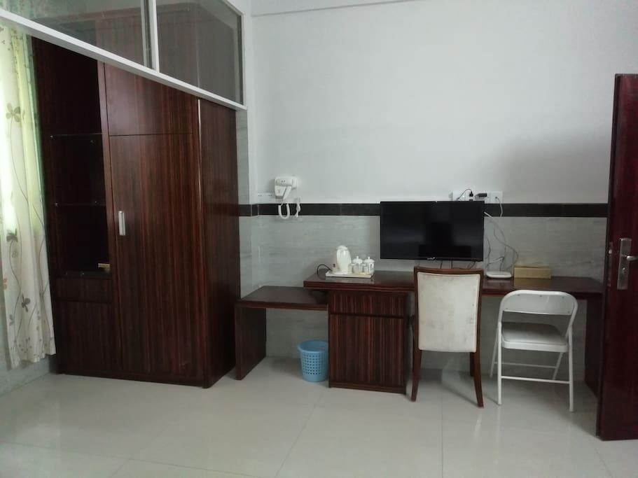 酒店式配置,32寸液晶电视,电视柜,吹风机,热水壶,独立无线,大衣柜