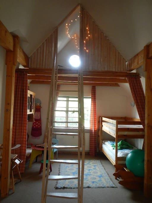 Kinderbereich und Spielplatz mit der Treppe zur vorderen Schlafgalerie