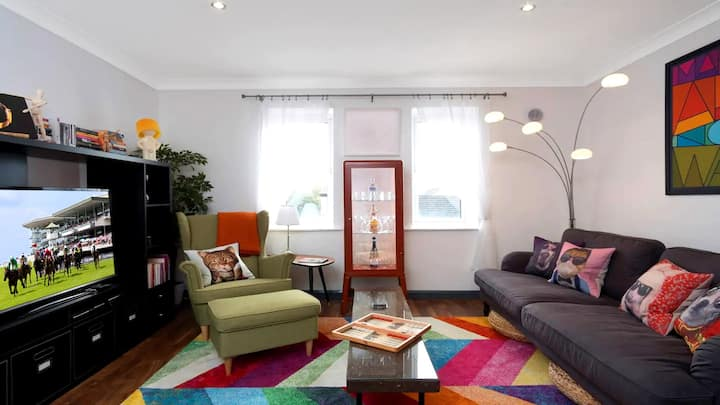 Central Artsy Apartment! 5 min walk to Eyre Sq. Parking included