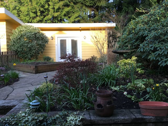 Urban Guesthouse in a Garden Setting - Seattle - Pension