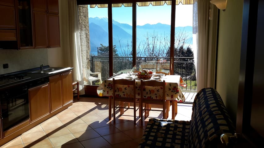 Surrounded by green hills with  lake Iseo view. - Solto Collina - Flat