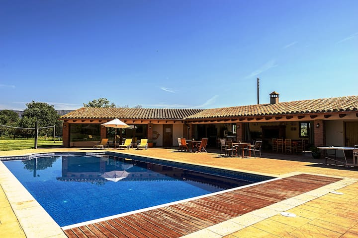 LA CASETA-HEATED OUTDOOR POOL AND NEAR BARCELONA