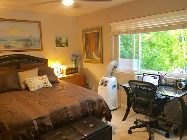 Master bedroom/bath w/shared common +Pool/Gym/pkng