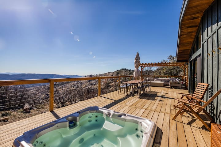 Light and bright cabin with large deck, private hot tub and gorgeous views!
