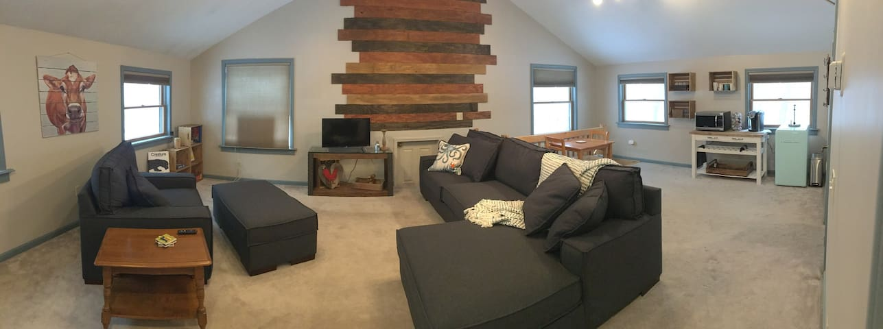 Private 2nd Level Livingspace at JuneBug Lodge