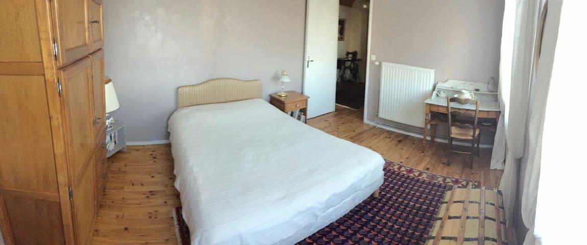 Jolie chambre, sdb privée, petitdèj - Saint-Genest-Lerpt - Bed & Breakfast