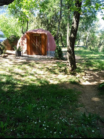 Acojedora cabaña de barro en la montaña - Sant Jaume de Llierca - Cabaña