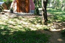 espacio exterior y cabaña