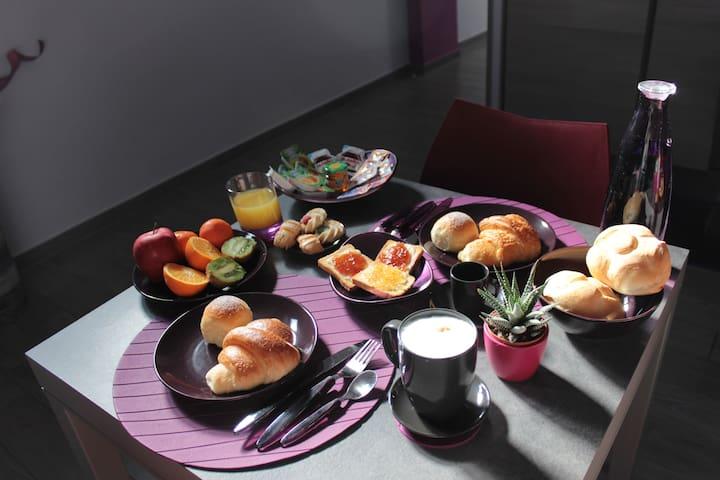B&B Eco, Italian breakfast served in the common room. Bed and Breakfast Eco, colazione italiana servita nella sala comune.