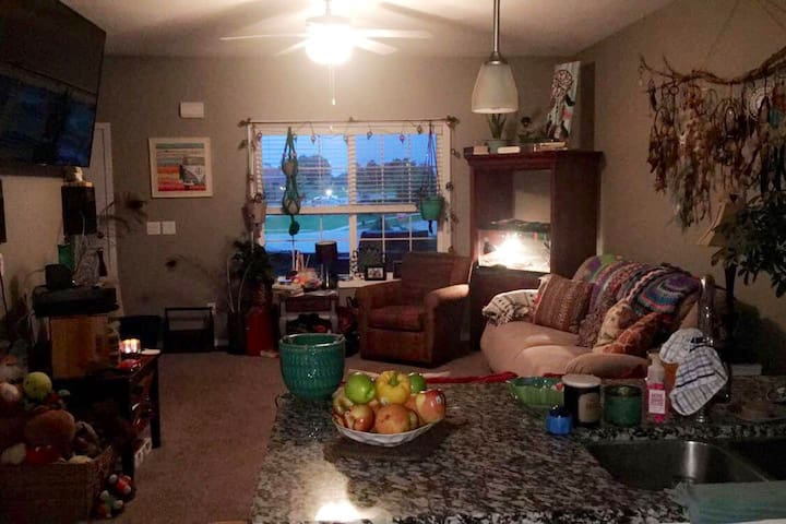 Charming Three Level Townhome 10 Minutes from DSM