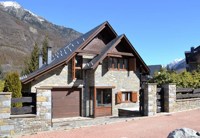 Chalet independiente con jardin en Benasque