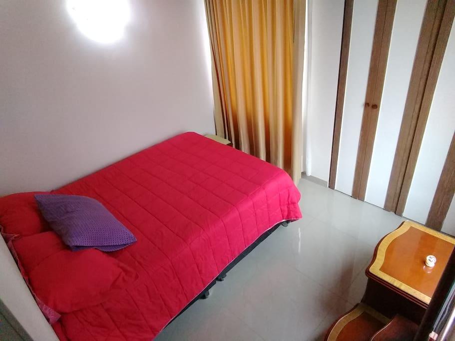 La habitación es privada y cuenta con una cama ideal para el descanso.