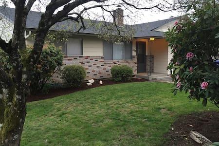 11 mi to Portland 2 bedroom CLEAN duplex/apt # 565 - Gladstone - Дом