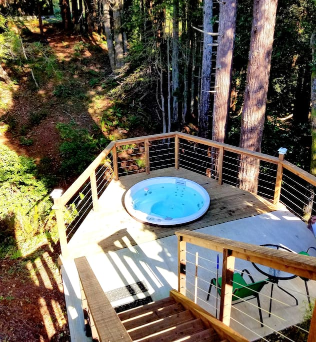 While in the tub, enjoy the sound of creeks, look up the stars through the redwoods and listen to the barking of sea lions in distance.
