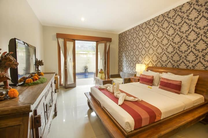 10 minutes walk to Sanur Beach Private room