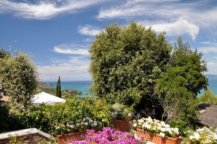 Intera Villa con giardino,patio e splendida vista