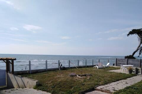 Studio indépendant sur terrain face mer
