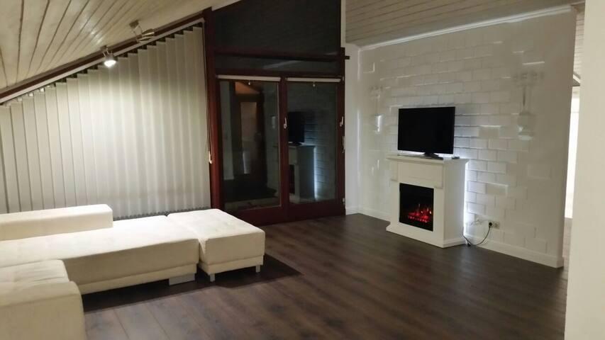 Modernesierte 2 Zimmer DG, hochwertig möbliert.