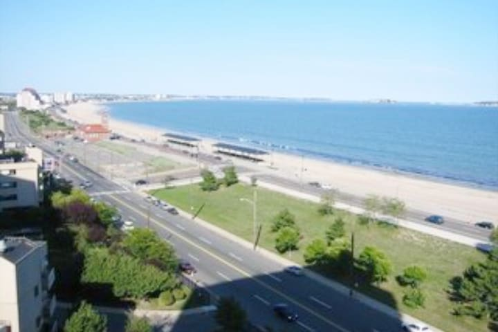 Boston 8.5  Beautiful condo 1 block from the ocean