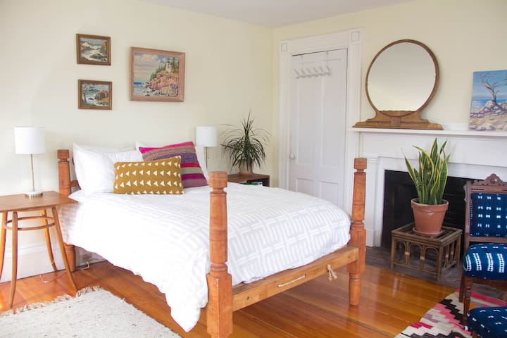 Charming, Old Cape in the Heart of East Bayside