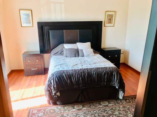 Vista frontal cama matrimonial
