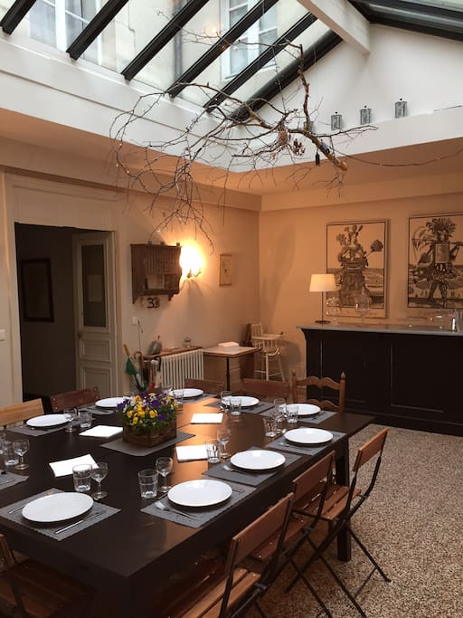 La verrière qui fait office de grande salle à manger de 45 m2 avec ses 15 places assises; c'est le poumon de la maison ... la pièce centrale.