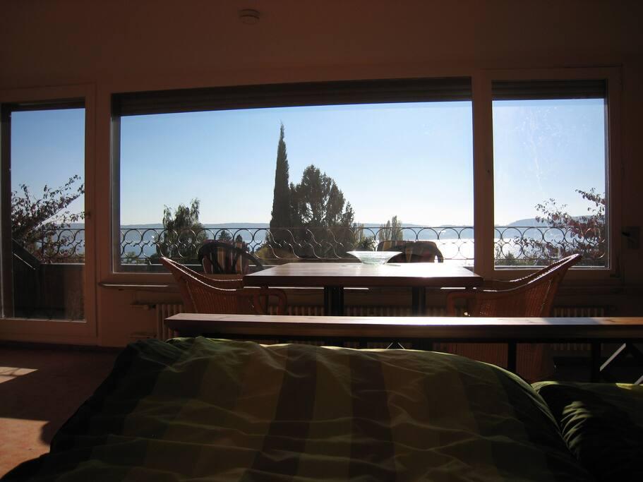 Die Sicht beim Aufwachen und einschlafen direkt aus dem Bett. Das Fenster zeigt Richtung Süden und bei schönem Wetter hat man bereits morgens einen wunderschönen Sonnenaufgang und kann von der Sonne geweckt werden. Genauso schön sind jedoch die Sonnenuntergänge die man so gut wie bis zum letzten Sonnenstrahl am Horizont verfolgen kann.