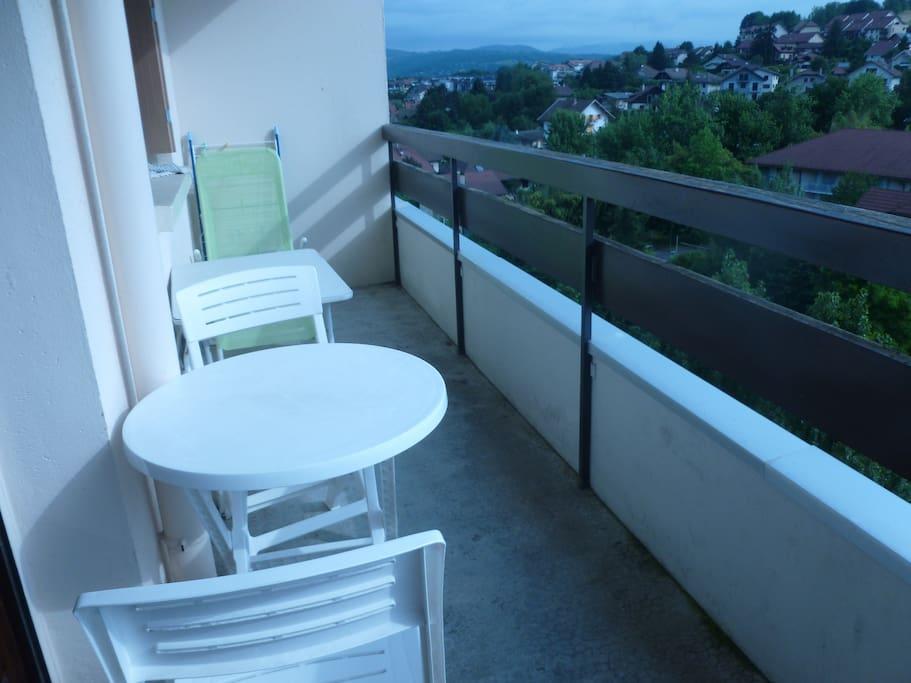 Grand balcon avec table, chaises, desserte et transat....