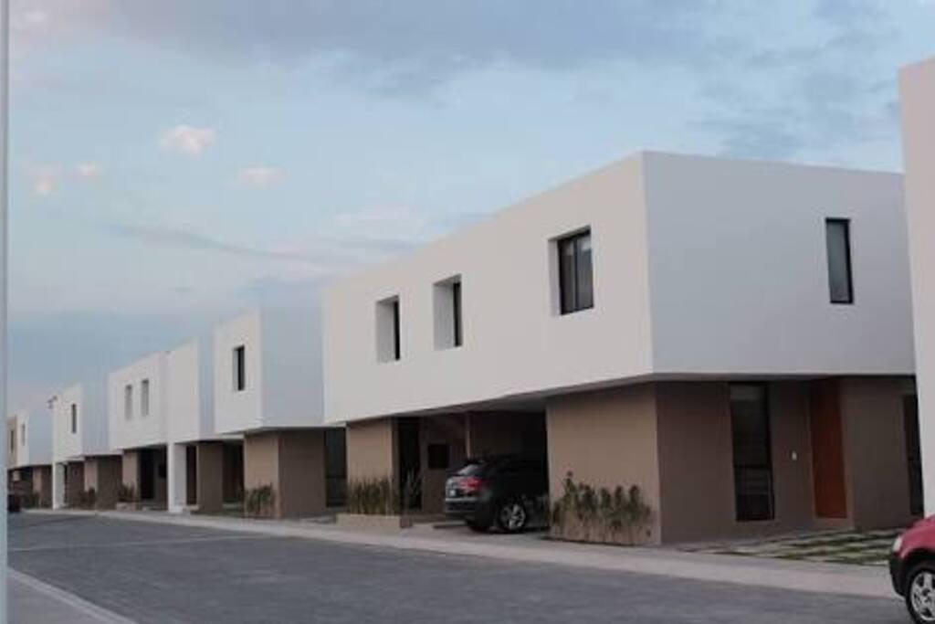 La casa es nueva, tiene estacionamimeto para dos automóviles