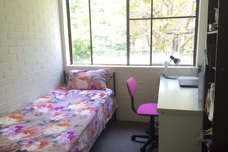Cosy single room close to City & UQ :) - Indooroopilly - Wohnung