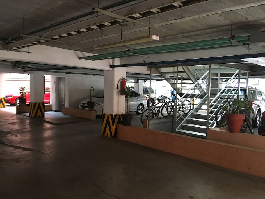 Zona de Elevadores y Estacionamiento -Elevators Zone and Parking Lot-